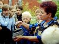 Библиотекарь Кучашевской библиотеки Минуллина И.Х. показывает ребятам экспонат музея